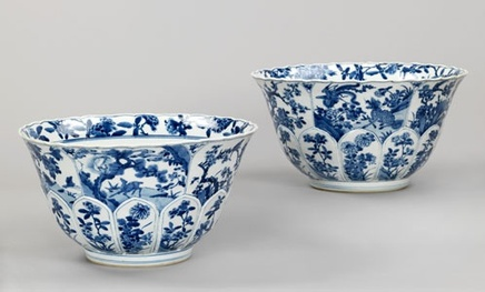 A SUPERB PAIR OF LARGE CHINESE BLUE AND WHITE KANGXI BOWLS, Kangxi 1662-1722