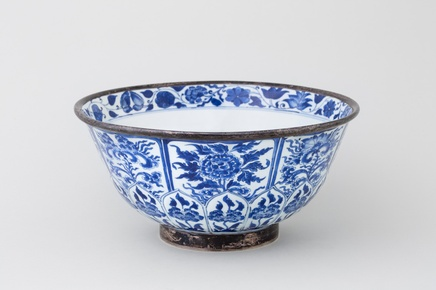 A LARGE CHINESE KANGXI BLUE AND WHITE BOWL , Kangxi (1662 – 1722)