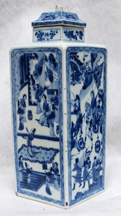 A FINE CHINESE BLUE AND WHITE SQUARE VASE AND COVER, Kangxi (1662-1722)