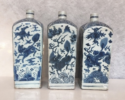 THREE SIMILAR CHINESE BLUE AND WHITE SQUARE 'GIN BOTTLE' FLASKS, Wanli (1573 - 1619)