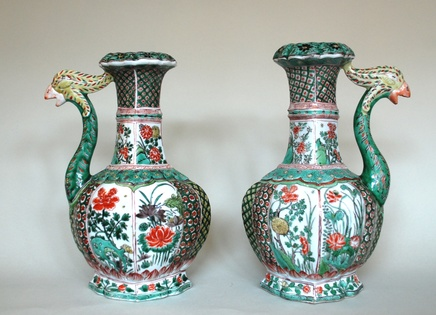 A NEAR PAIR OF CHINESE FAMILLE VERTE PHOENIX HEAD EWERS, Kangxi (1662-1722)