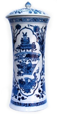 A FINE CHINESE BLUE & WHITE BEAKER VASE AND COVER, Kangxi (1662 - 1722)