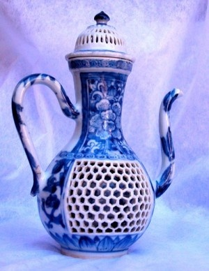 A CHINESE BLUE & WHITE RETICULATED EWER & COVER, KANGXI (1662-1722)
