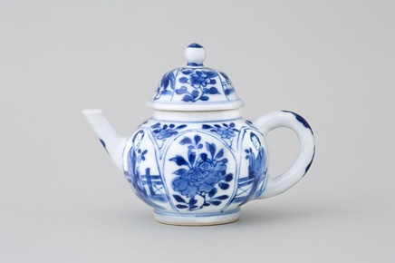 A CHINESE BLUE AND WHITE MINIATURE TEAPOT AND COVER, Kangxi (1662 – 1722)