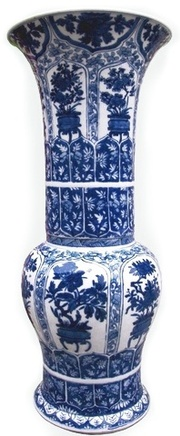 A FINE CHINESE BLUE AND WHITE PETAL MOULDED YENYEN VASE , Kangxi (1662 - 1722)