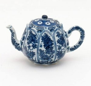 A CHINESE BLUE AND WHITE TEAPOT, KANGXI (1662-1722)
